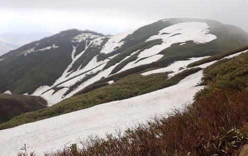 残雪の山腹