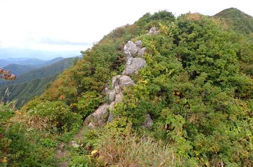 神室山山頂手前の岩場
